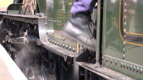 Conductor de motor que sube sobre el tren 4K del vapor