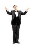 Conductor de orquesta de sexo masculino que dirige con el bastón imagen de archivo