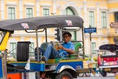 Conductor de Tuk Tuk, Bangkok en Tailandia Fotos de archivo
