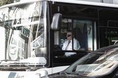 Conductor del autobús en la ciudad Imagenes de archivo