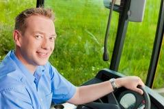 Conductor del autobús que se sienta en su omnibus Foto de archivo libre de regalías