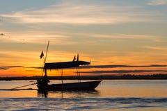Conductor del barco debajo del sol de la mañana foto de archivo