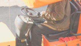 Conductor del rodillo de camino detrás de la rueda metrajes