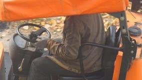 Conductor del rodillo de camino detrás de la rueda almacen de video