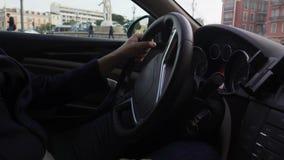 Conductor del servicio costoso del taxi que lleva al cliente a la dirección que muestra atracciones metrajes