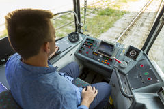 Conductor del transporte público que conduce la tranvía de la ciudad Foto de archivo