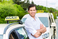 Conductor delante de clientes que esperan del taxi para Imagen de archivo libre de regalías