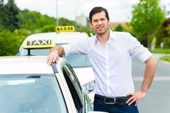 Conductor delante de clientes que esperan del taxi para Imágenes de archivo libres de regalías