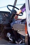 Conductor detrás de la rueda del camión para la entrega del paquete Imágenes de archivo libres de regalías