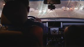 Conductor en el comienzo del coche que conduce de cruce Visión dentro del coche metrajes