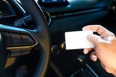 Conductor en tarjeta en blanco del control del coche a mano fotos de archivo