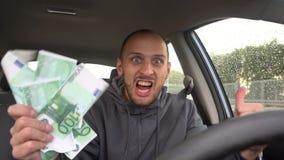 Conductor feliz con euro grande del dinero éxito Concepto en el éxito empresarial, tema de la lotería, ganancias, máquinas tragap almacen de video