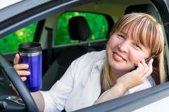 Conductor feliz detrás de la rueda de un coche fotos de archivo libres de regalías