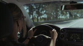 Conductor femenino hermoso que conduce el coche en la autopista almacen de metraje de vídeo