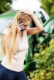 Conductor femenino Making Phone Call después del accidente de tráfico Imágenes de archivo libres de regalías