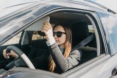 Conductor hermoso joven de la muchacha dentro del coche fotos de archivo libres de regalías