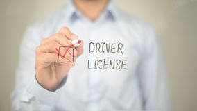 Conductor License, hombre que selecciona en la pantalla transparente foto de archivo