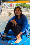 Conductor local de la mujer un barco Imagen de archivo libre de regalías