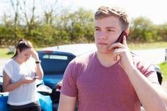 Conductor Making Phone Call después del accidente de tráfico Imágenes de archivo libres de regalías
