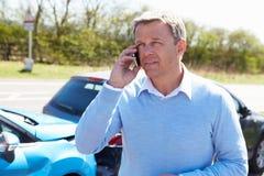 Conductor Making Phone Call después del accidente de tráfico Foto de archivo libre de regalías