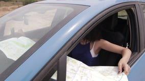 Conductor perdido que usa el mapa y la navegación app para encontrar su posición metrajes