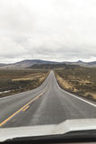 Conductor Perspective en paisaje de la carretera del desierto Fotografía de archivo libre de regalías