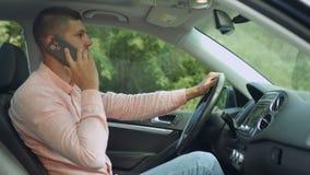 Conductor positivo que habla en el teléfono elegante en coche almacen de metraje de vídeo
