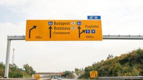 Conductor POV de la placa de calle anaranjada en inAustria del Autobahn Imágenes de archivo libres de regalías