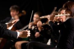 Conductor que dirige a la orquesta sinfónica Fotos de archivo libres de regalías
