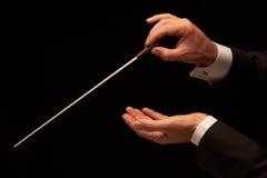 Conductor que dirige a una orquesta Imagen de archivo