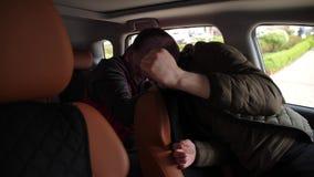 Conductor que estrangula criminal con el cinturón de seguridad en coche metrajes