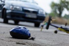 Conductor que golpea al motorista Imagen de archivo libre de regalías