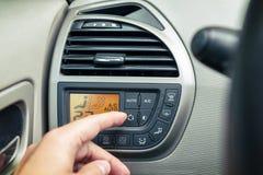 Conductor que usa el sistema de la aire-condición de la CA Imagen de archivo libre de regalías