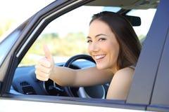 Conductor satisfecho con los pulgares para arriba en un coche Imagenes de archivo