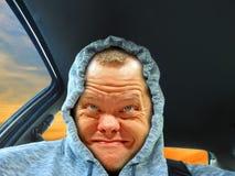 Conductor sonriente de la sudadera con capucha fotos de archivo