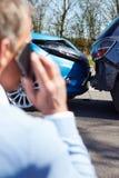 Conductor subrayado Sitting At Roadside después del accidente de tráfico Imagen de archivo libre de regalías