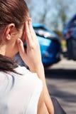 Conductor subrayado Sitting At Roadside después del accidente de tráfico Imágenes de archivo libres de regalías