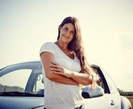 Conductor Woman delante de su coche Imagen de archivo libre de regalías