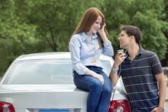 Conductores adolescentes jovenes con el coche Imagen de archivo libre de regalías