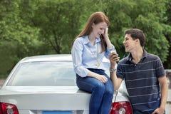 Conductores adolescentes jovenes con el coche Imagenes de archivo