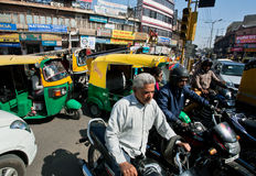 Conductores, coches y carritos en la calle muy transitada Foto de archivo