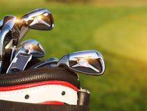 Conductores de los clubs de golf sobre fondo verde del campo Imágenes de archivo libres de regalías