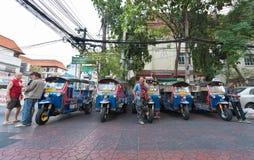 Conductores de Tuktuk que esperan a clientes Fotos de archivo libres de regalías