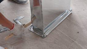 Conductos de la estafa del aire del edificio del trabajador para el emplazamiento de la obra almacen de video