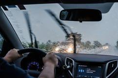 Conduire la voiture sur la route un jour pluvieux photographie stock libre de droits