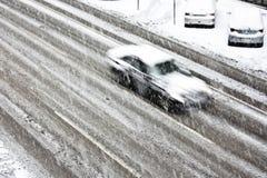 Conduire la voiture sur la rue neigeuse de ville Image libre de droits