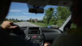 Conduire la voiture sur la route de campagne dans le jour ensoleillé clips vidéos
