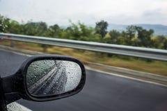 Conduire la voiture un jour pluvieux Photo stock