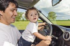 Conduire le véhicule du papa Photos libres de droits