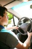 Conduire un véhicule image libre de droits